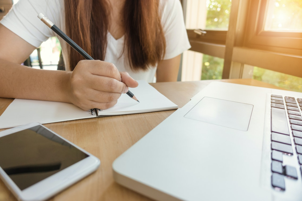5 maneiras inteligentes para ganhar dinheiro enquanto estuda (Foto de Tirachard Kumtanom no Pexels)