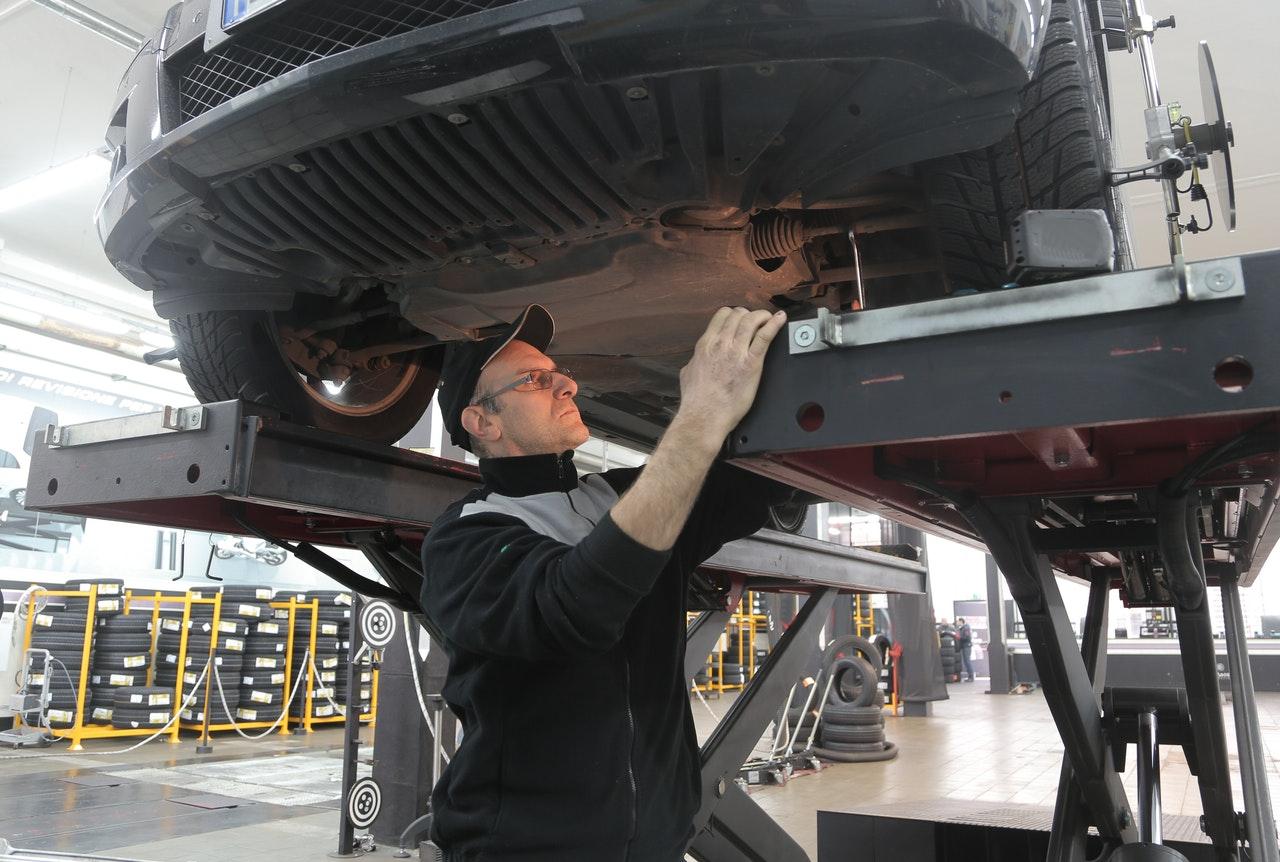 Como aprender mecânica de automóveis: (Foto de Andrea Piacquadio no Pexels)