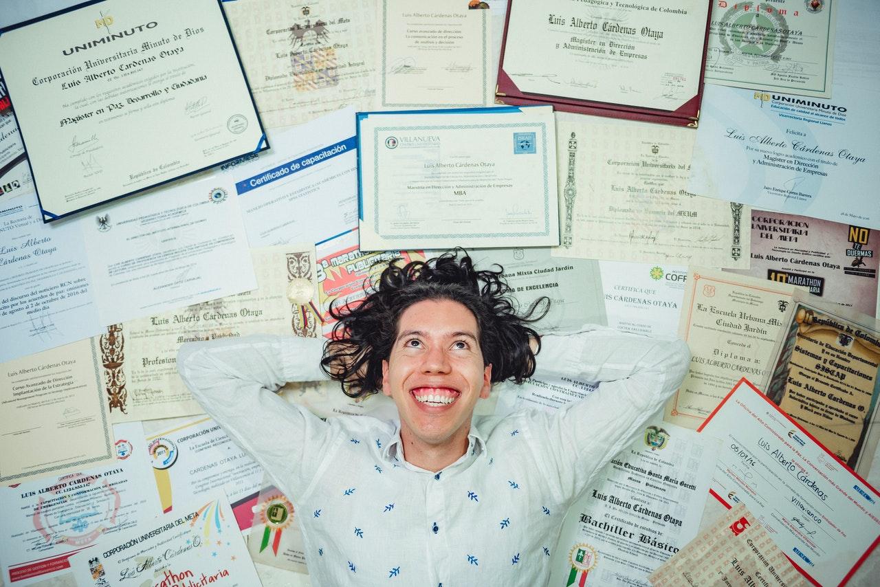 Que grau ou diploma eu preciso para construir casas? (Foto de Luis Alberto Cardenas Otaya no Pexels)